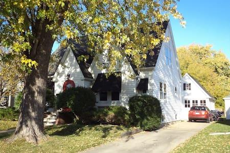 Adorable historic home for EAA - Oshkosh