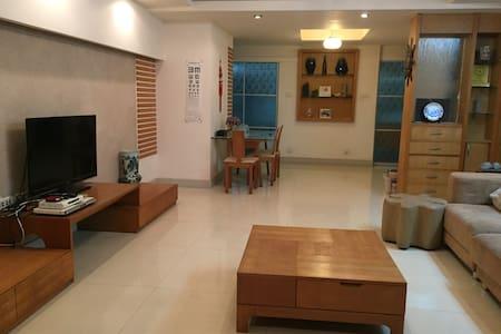 在桂林毗邻七星公园,会展中心,体育馆,享受美景、美食、健身、娱乐的客厅沙发 - Apartment