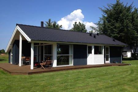 Sommerhus tæt på limfjorden (1,5 km fra Golfbane) - Farsø