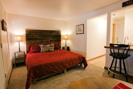 1 Bedroom Jacuzzi Suite In Newly Refurbished Historic Lodge. - Green Mountain Falls