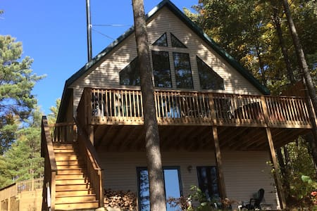 Bear's Den Lakefront Chalet w/outdoor hot tub! - Haus