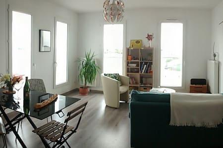 Grande chambre cosy + petit déjeuner - Wohnung