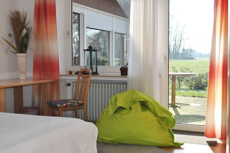 Sunny double room in coutry side - Huis