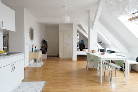 Beautiful spacious top floor apartment - Berlin - Lejlighed