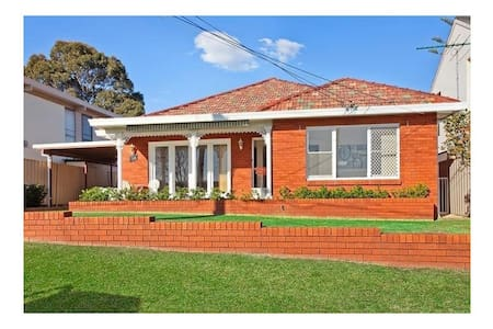 4 Bed Home with Water Views - Taren Point - Dom