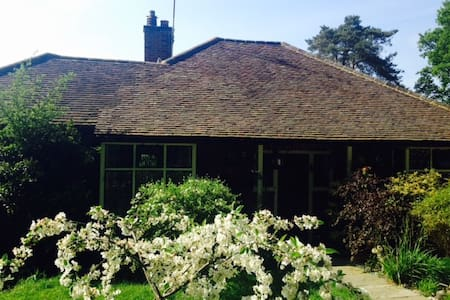 Charming arts and crafts cottage in Chobham Surrey - Huis