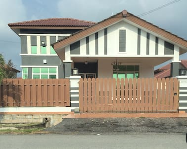 S/storey bunglow with 4 bedrooom - House