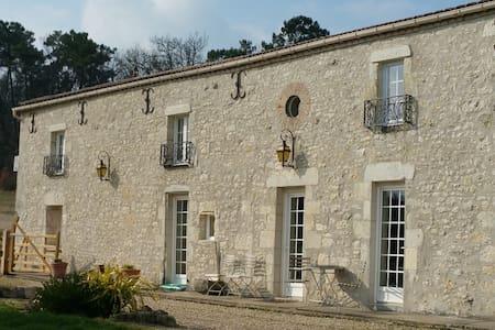 Le Bijou - French Farmhouse & Pool - Bed & Breakfast