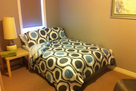 Newer Southend Double Bed w/Unlimited Internet - Guelph - Társasház