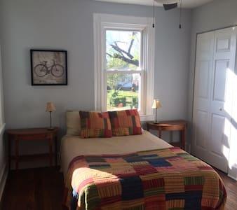 Sunny bedroom in Church Hill - Casa