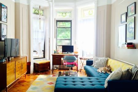 Quiet room in brownstone, close to express train - Apartment