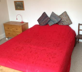 Quiet double room close to Gloucester Rd BS7 - Bristol - Casa