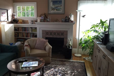 Charming, comfy retreat in Glenview