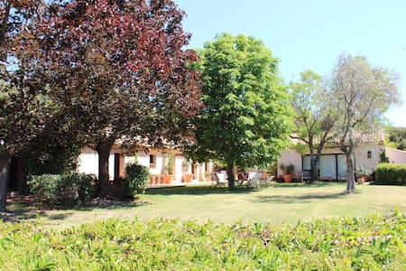 TRES BELLE DEMEURE DANS LE LUBERON POUR FAMILLE - Beaumont-de-Pertuis - Huis