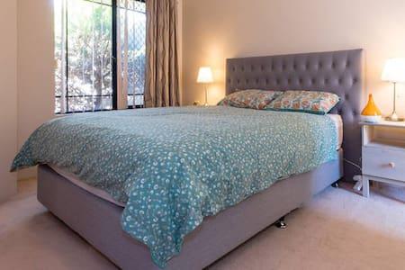 Quiet Master Bedroom with Ensuite - Tuart Hill - Şehir evi