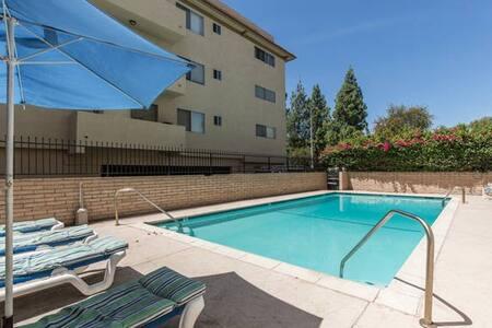 Quiet room in Encino - Apartment