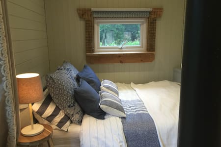 Large Shepherd's Hut with own Bathroom & Kitchen - Skjul