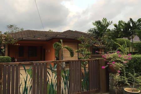Orange Stripe Home Stay - Rawang - Casa