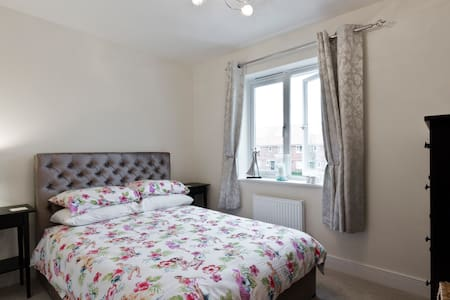 Smart double bedroom with private bathroom near T4 - Staines-upon-Thames - House
