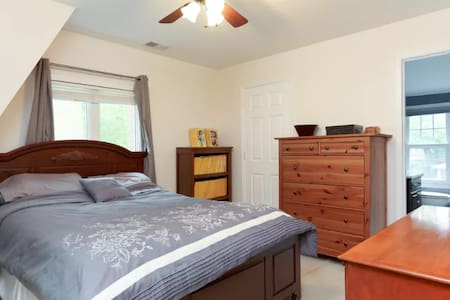 Master bedroom(1) in a house by DCA & Free Parking - Arlington