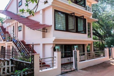 Glass Villa surrounded by Banyan trees/ greens - Candolim - Villa