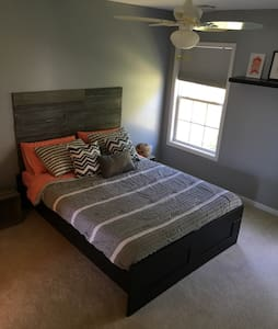 Private Bed and Bath in quiet area - Harrisburg - Hus