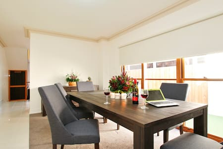 4 bedroom, double story terrace house, brand new - West Melbourne - House