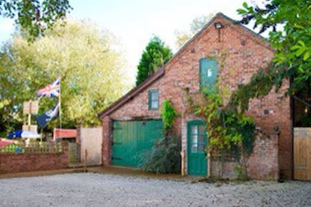 Picturesque and secluded barn conversion - Milwich