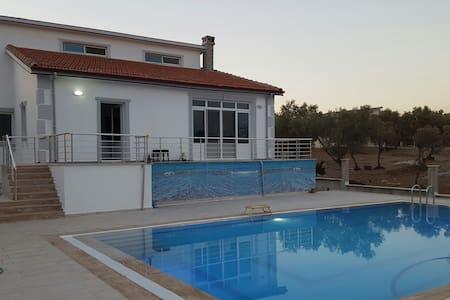 Havuzlu şömineli villa - Willa