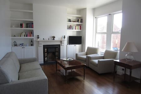 Lovely Greek home in the heart of London - House