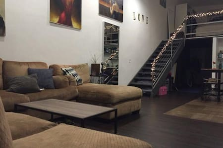Room close to Downtown, Outlets & Commerce Casino - Loft
