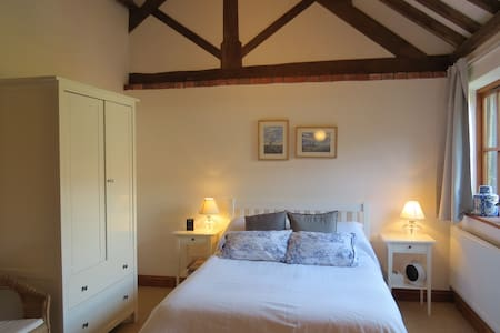PRIVATE WING IN CONVERTED BARN WITH DOUBLE BEDROOM - Casa