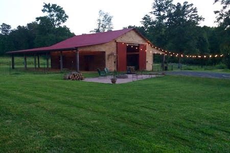 Pitch your tent in barn or woods at Vineyard Farm - Mount Pleasant - Haus