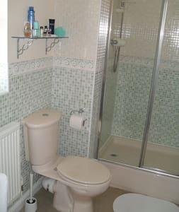 Double en-suite in village location - House
