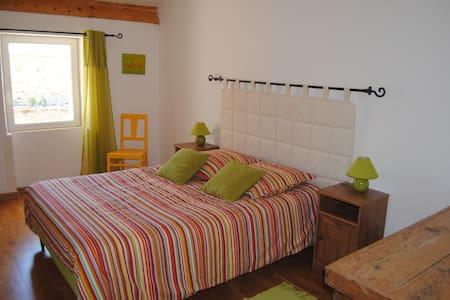 La Maison de l'Amandier Chambre Amande - Pougnadoresse - Bed & Breakfast