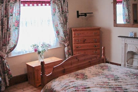 Spacious Double Bedroom in Cosy Victorian Home - Dursley