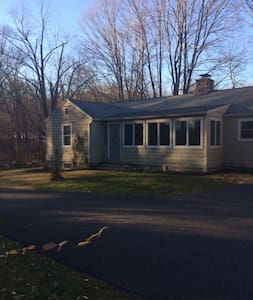 New listing. Marguerita Springs, Cozy Retreat Home - Danbury - Casa