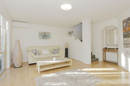 Excellent location, minutes to city - Reihenhaus