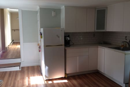 Private 1 BR apt on 2nd floor with parking + deck - 아파트