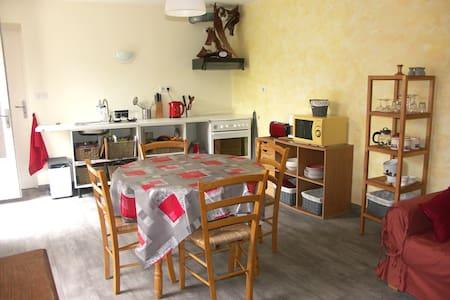 Studio charmant dans maison de village de la Drôme - Huis