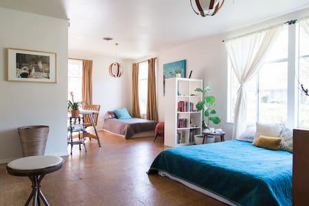 Peaceful Mid Century Sleeps 1-3 - Austin - House