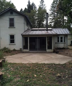 """Green"" Country Rustic Home Close to Town - Laytonville - Haus"