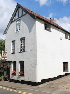 Self contained apartment in historic Chepstow - Townhouse