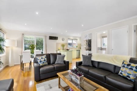 Modern Central 2 Bedroom Townhouse - Ocean Grove - Daire