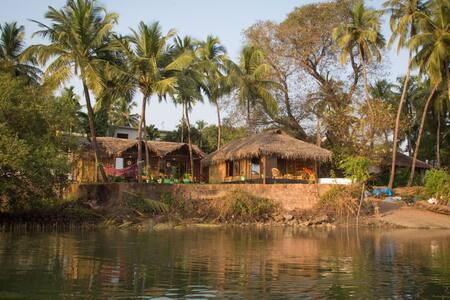 Riverfront Luxury AC Cottage - Rajbag-Patnem Beach - Canacona