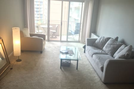 Bright Sunny 1BR with Rooftop Pool & Balcony - Lejlighed