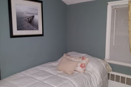 Clean Comfortable room - Very close to Downtown - West Hartford - Casa