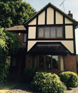 1 of 2 double rooms in friendly Bracknell home - Bracknell - Bed & Breakfast