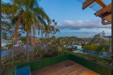 Friendly family amazing views of city & fireworks! - Newmarket - Bed & Breakfast