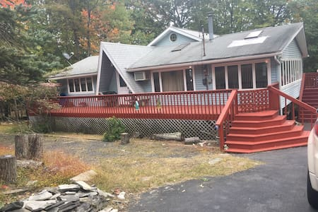 4 Bedroom Poconos Cabin - Dingmans Ferry